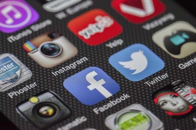 social-media-iphone-screen